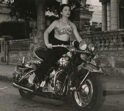 Cuban-singer-and-dance-Lina-Salomé-zooms-around-Havana-in-1956